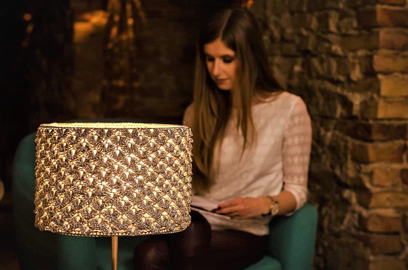 lampa zrobiona na szydełku i kobieta czytająca lampę